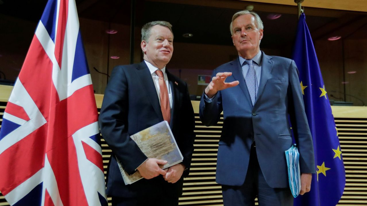 Los «cazafantasmas» del virus desinfectan por el mundo.Frost y Barnier, durante su última reunión cara cara en Bruselas el 2 de marzo