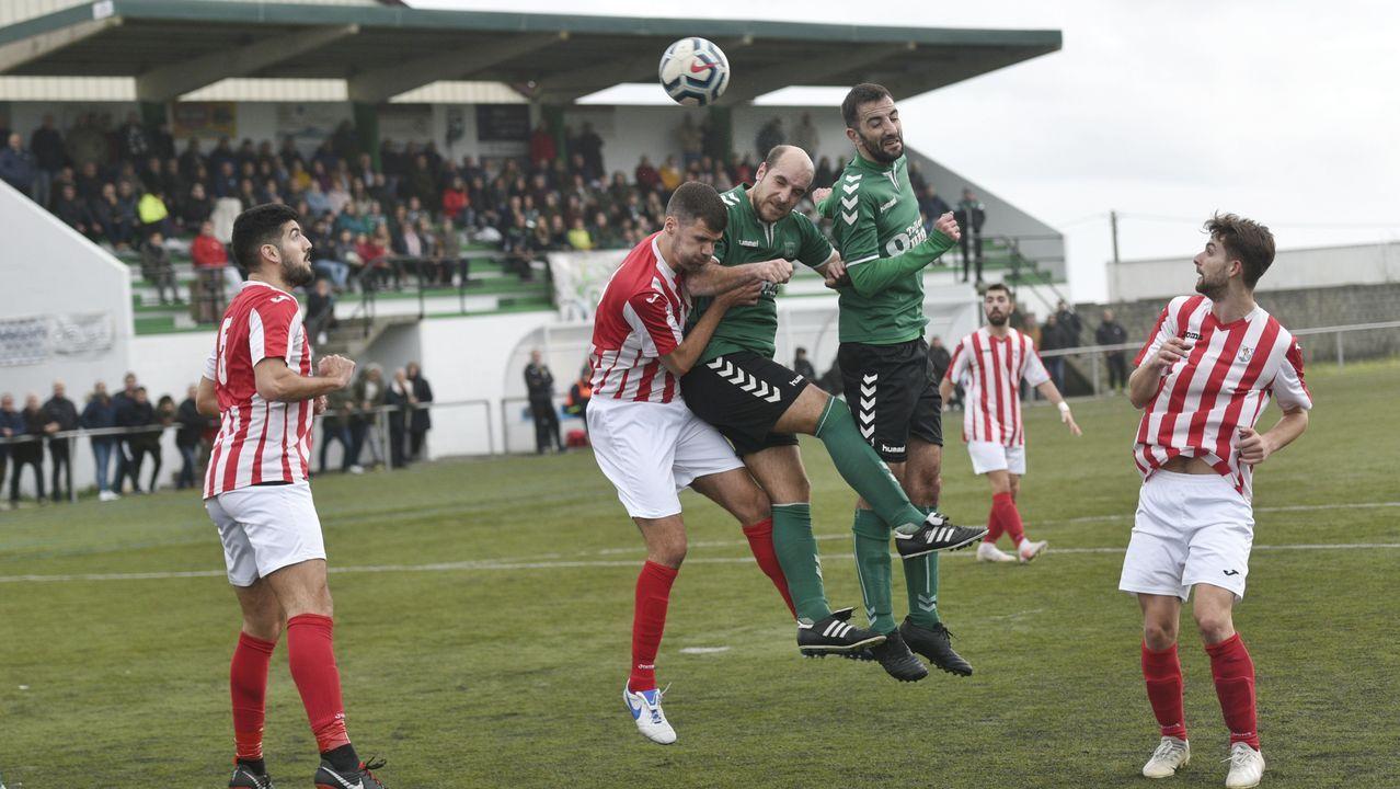 El presidente posa con la Copa de campeones de liga que lograron el pasado año en Primera Galicia.