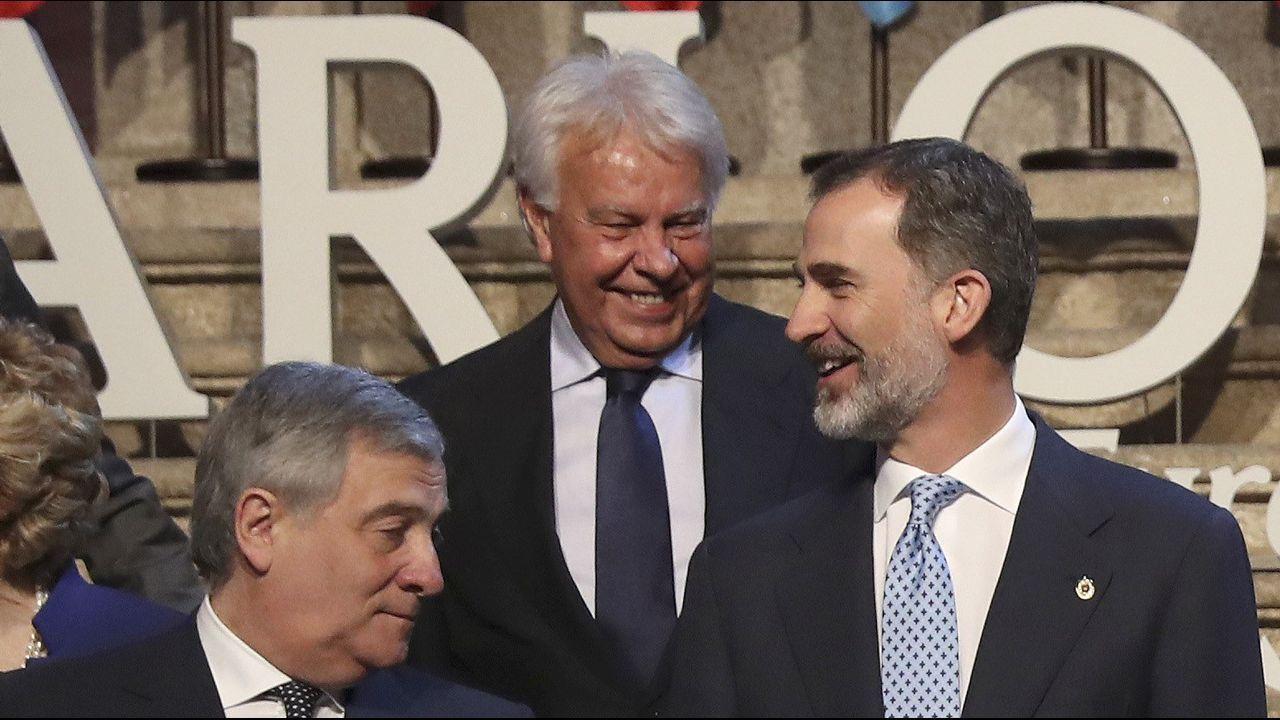 El rey Felipe VI, que ha entregado al presidente del Parlamento Europeo, el italiano Antonio Tajani, el XII Premio Carlos V, en una ceremonia celebrada en el Monasterio de Yuste (Cáceres), junto al expresidente del Gobierno Felipe González
