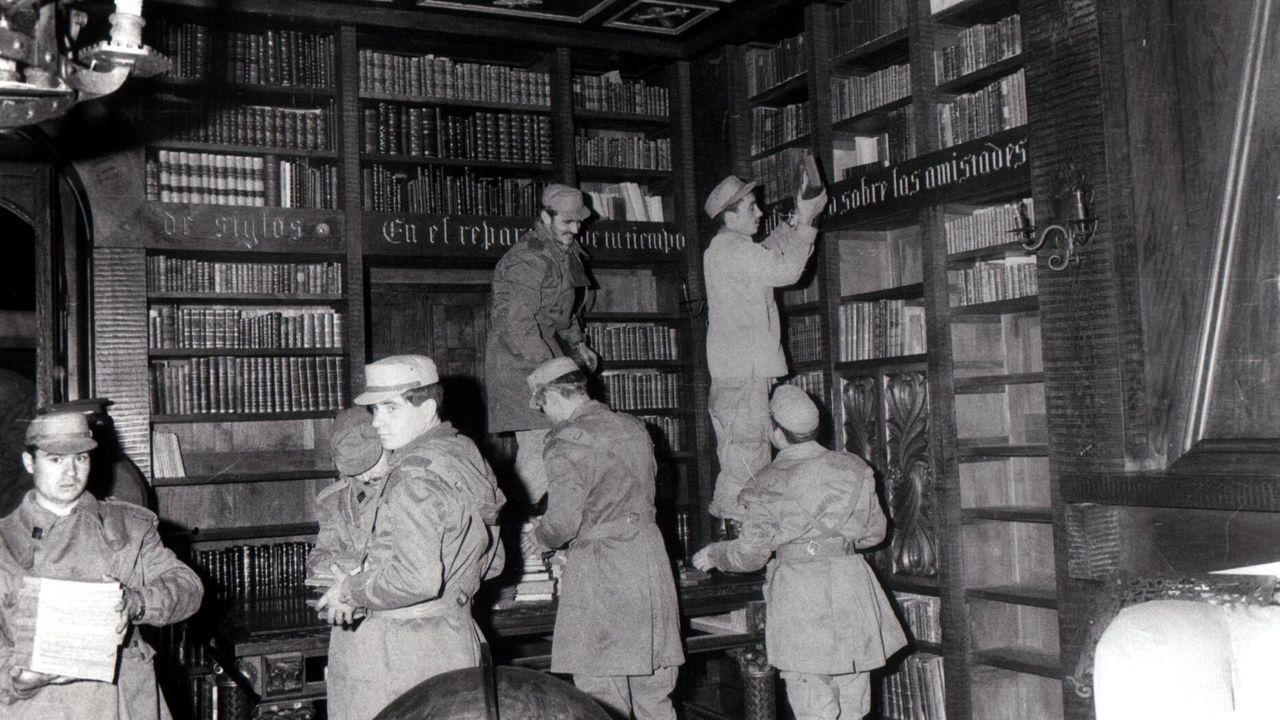 Soldados retirando libros de la biblioteca del Pazo de Meirás para evitar que sean devorados por el incendio que afectó al edificio en 1978
