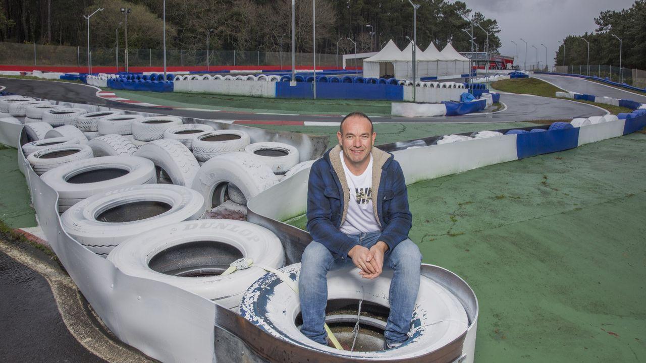 Montecalo amplía la flota de karts con la Fundación Fernando Alonso.El piloto español Fernando Alonso (d) posa para la foto oficial de la escudería McLaren, en Interlagos