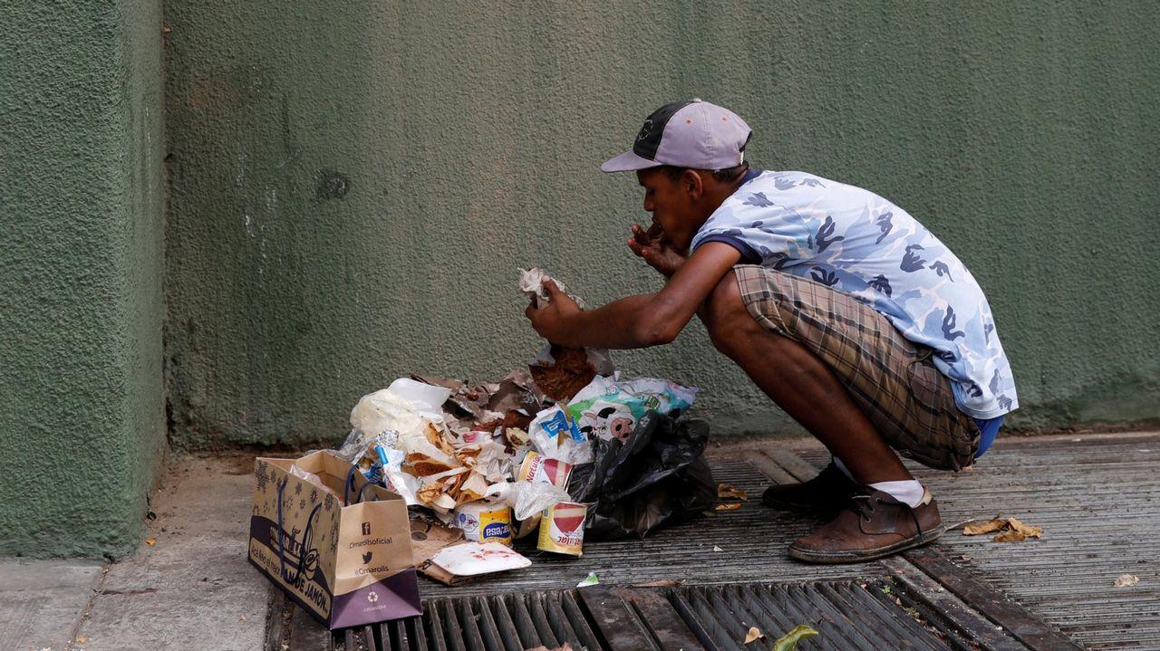 Un hombre se alimenta de desechos en Caracas