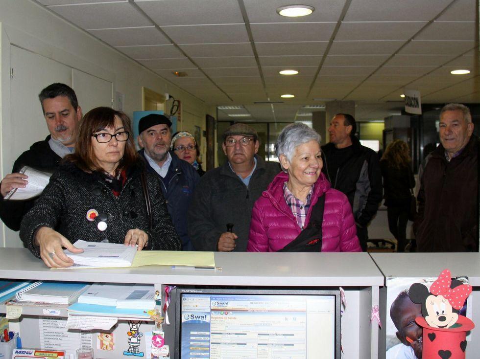 Las firmas entraron ayer por registro en el Concello de O Barco.