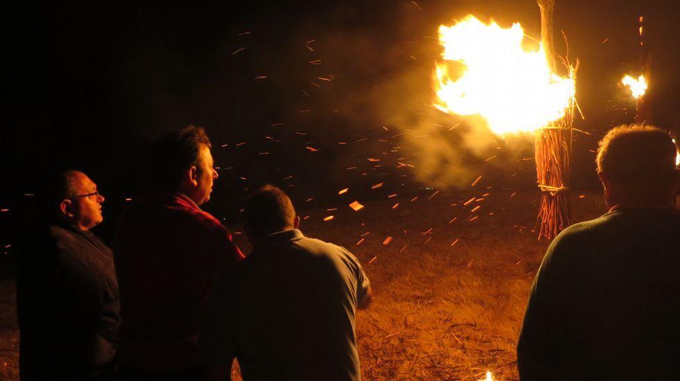 Las antorchas ardieron durante más de media hora y al terminar de consumirse empezó en el pueblo la verbena de las fiestas