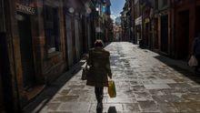 Paseantes en Oviedo. Una mujer camina por la calle Mon, en el casco histórico