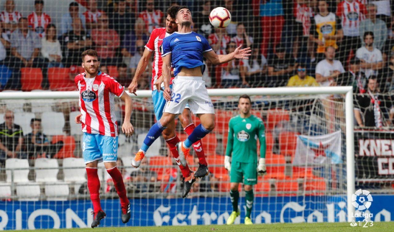 Joselu Bernardo Lugo Real Oviedo Anxo Carro.Joselu pugna por un balon aereo con Bernardo