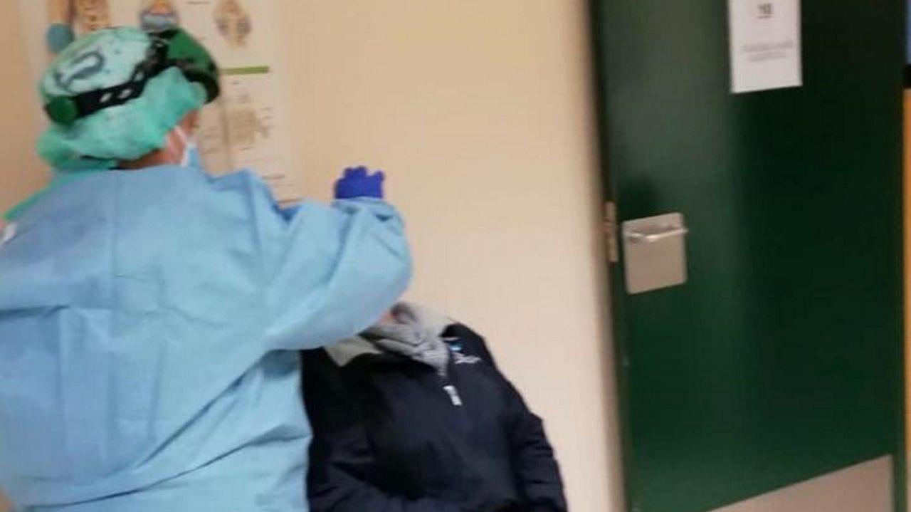 Así fue el primer día de cierre perimetral en Boiro a causa del covid.Cribado en el hospital comarcal de Barbanza