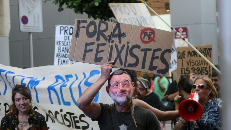 Rajoy, recibido con abucheos y gritos de «independencia» en Reus.Un momento de la concentración realizada ayer en las puertas del Palacio de Justicia.