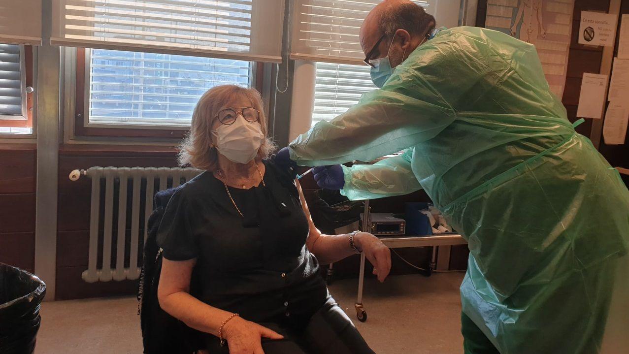 La nueva fase de la desescalada en A Coruña, en imágenes.María Luisa Lago, mujer mayor de 80 años recibiendo la vacuna contra el covid en la Casa del Mar de A Coruña