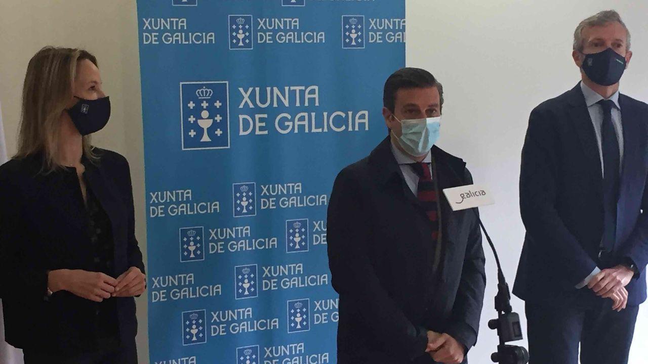 Almuiña y Rueda firman un acuerdo para formar a la policía portuaria de Vigo.Alfonso Rueda, a la derecha, durante la visita que realizó a las obras de rehabilitación del Palacio de Diomondi