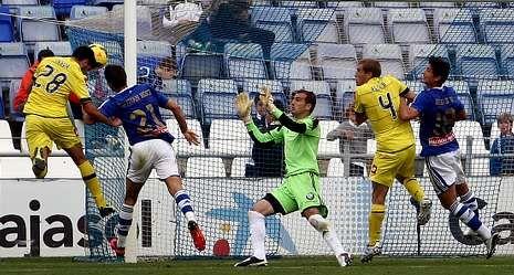 Instante en el que Pablo Insua se anticipa a Ruymán para rematar de cabeza y marcar el gol de la victoria del Dépor en el Nuevo Colombino.