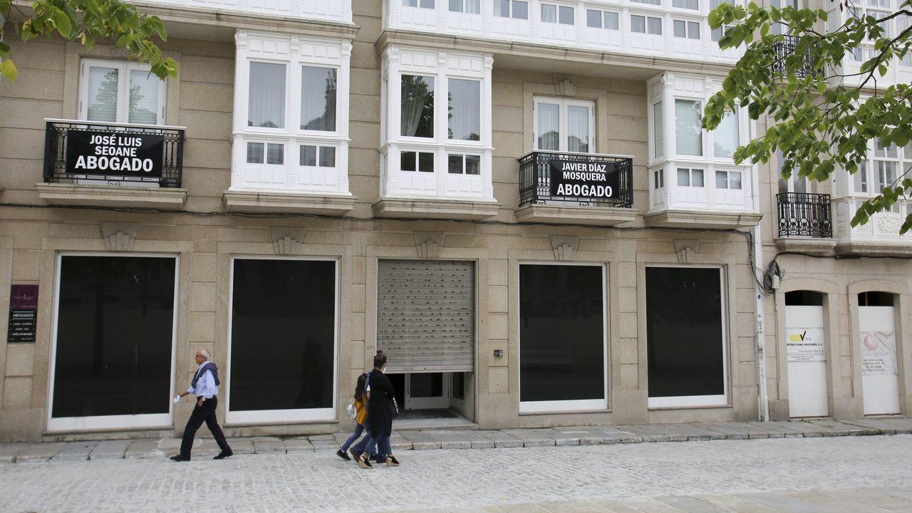 Las rebajas de verano dan el pistoletazo de salida en A Coruña.El local de la antigua tienda de Zara de la calle Real, en una imagen tomada ayer