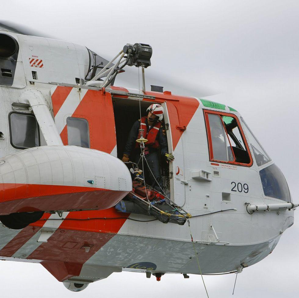 Complicado rescate de una senderista suiza en una zona escarpada del Camiño dos Faros, en Corme