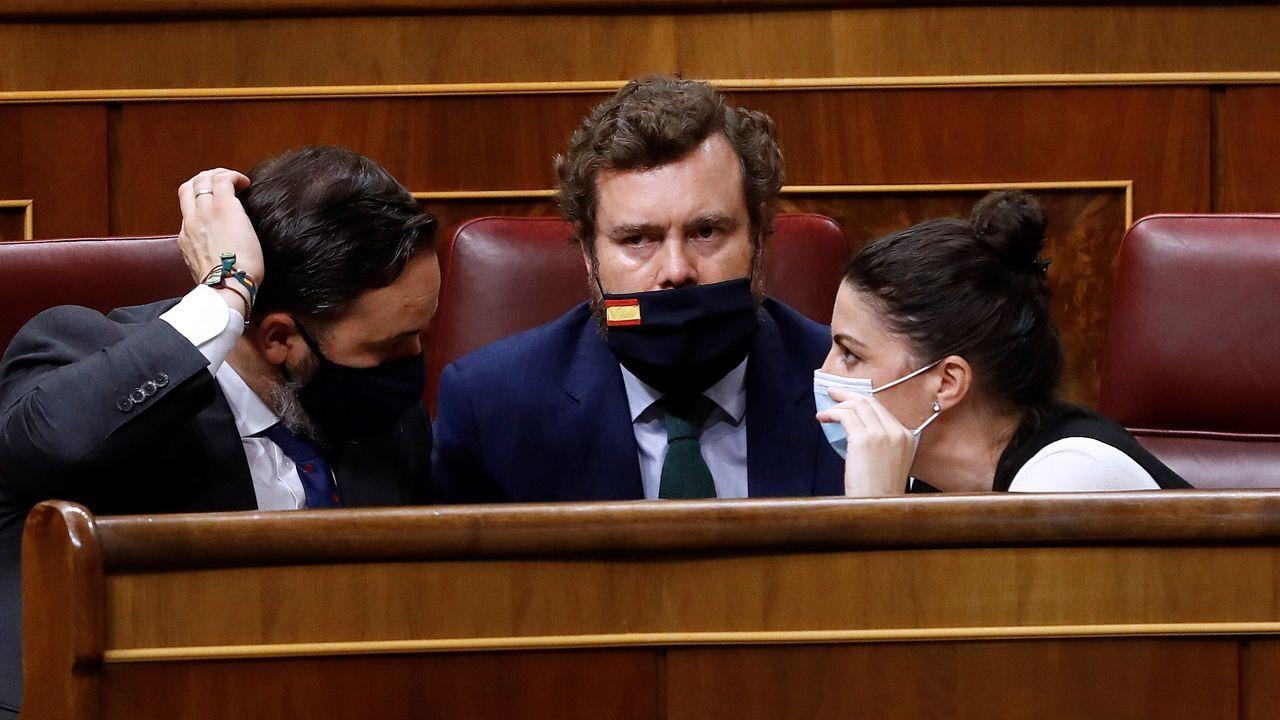 El líder de Vox, Santiago Abascal conversa con Iván Espinosa de los Monteros y Macarena Olona durante el Pleno del Congreso
