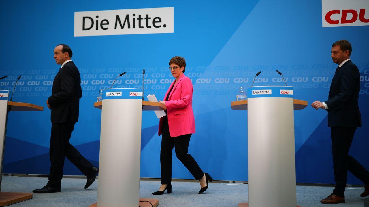 Jóvenes de un campo de trabajo arrancan uña de gato en O Grove.La ministra de Defensa Annegret Kramp-Karrenbauer, presidenta de la CDU, rechaza toda cooperación con los ultras de AfD