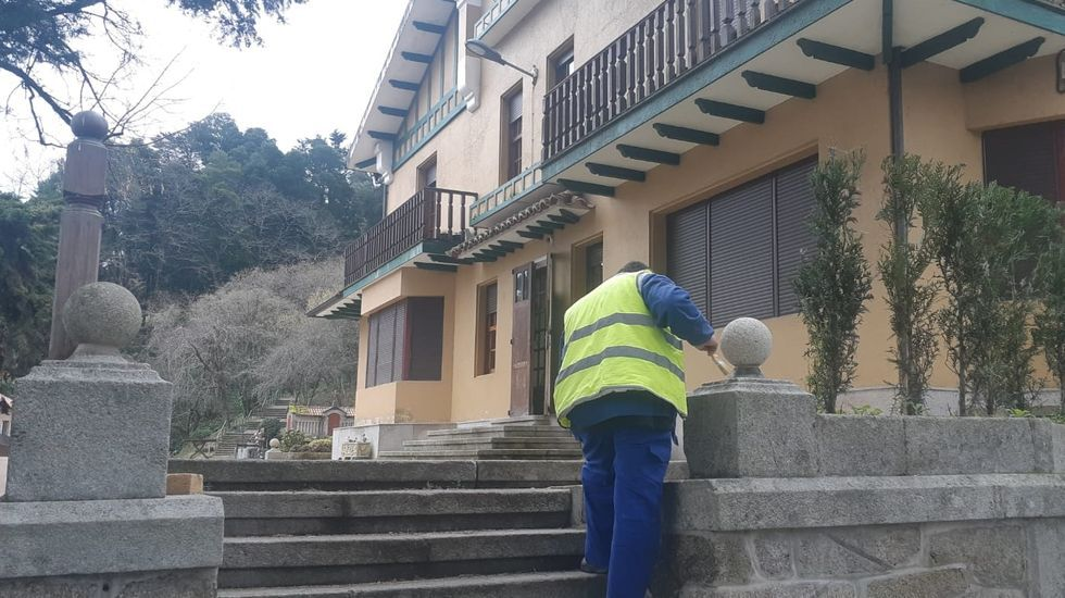 Unos turistas consultan un plano de Oviedo en la calle Uría.Unos turistas consultan un plano de Oviedo en la calle Uría