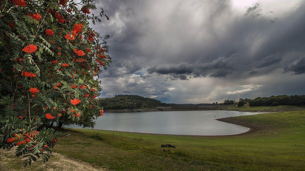 Las fotos de la ruta entre Samos y O Courel.Castro Caldelas, vista desde el mirador del Duque, en la orilla monfortina del cañón del Sil