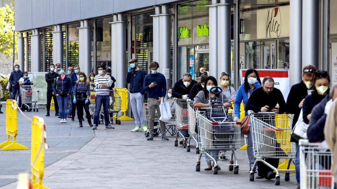 Colas a las puertas de un supermercado en la ciudad de Milán