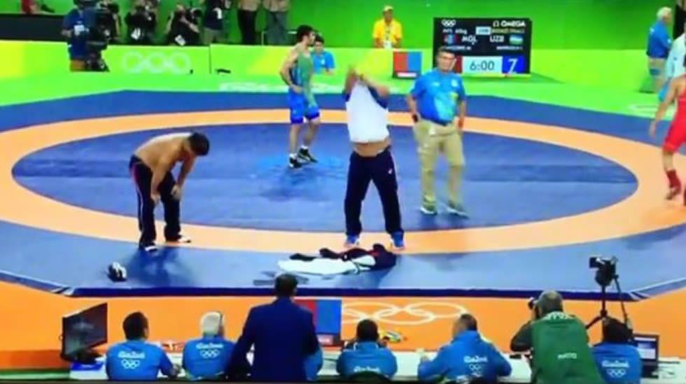 Dos entrenadores se desnudan por perder la medalla.Lucha libre en el CGTD
