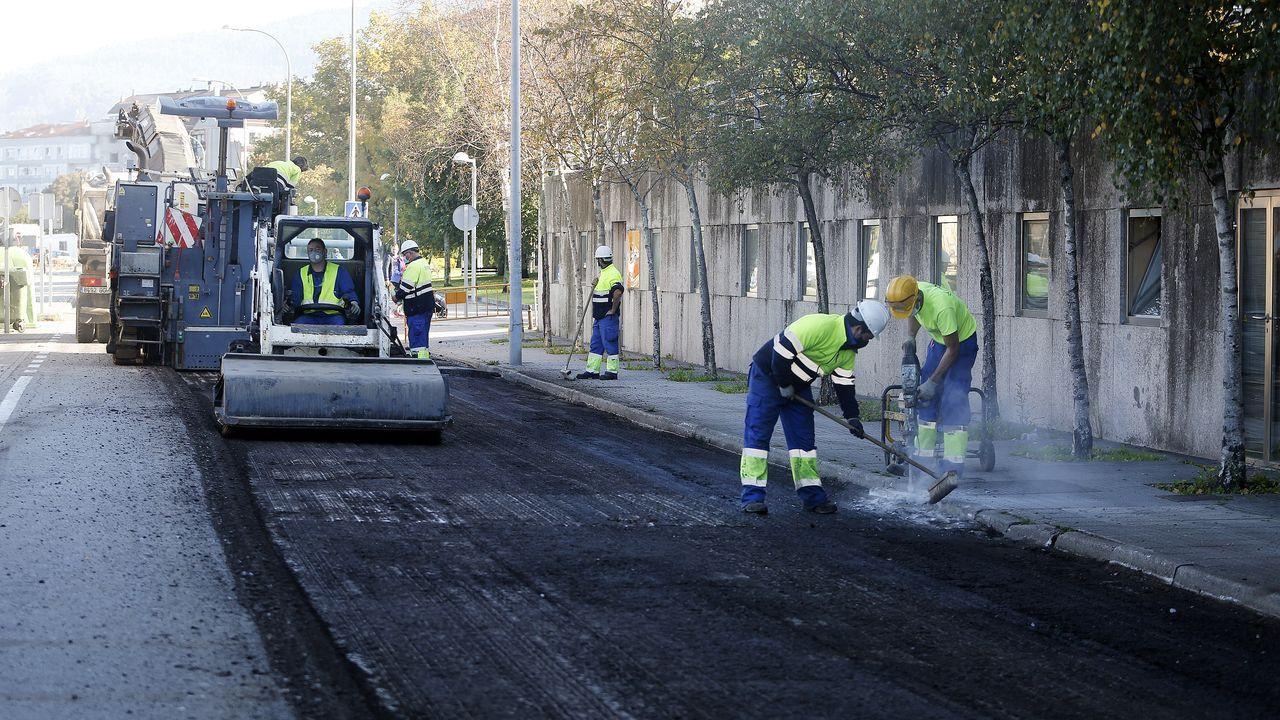 Los equipos de emergencias se afanan en limpiar la urea vertida en la rotonda de Baión.