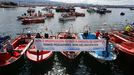 Concentración de la flota de bajura y el marisqueo en el puerto de Tragove, en Cambados, una de las muchas protestas contra el Reglamento de Control Pesquero que hubo en Galicia el 26 de marzo