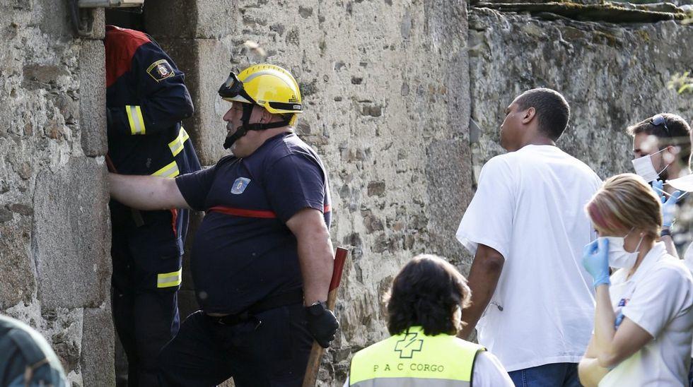 Galicia en alerta por la borrasca Helena.Imagen de archivo de la primera pasajera que usó el bus compartido en Carballo en el 2017