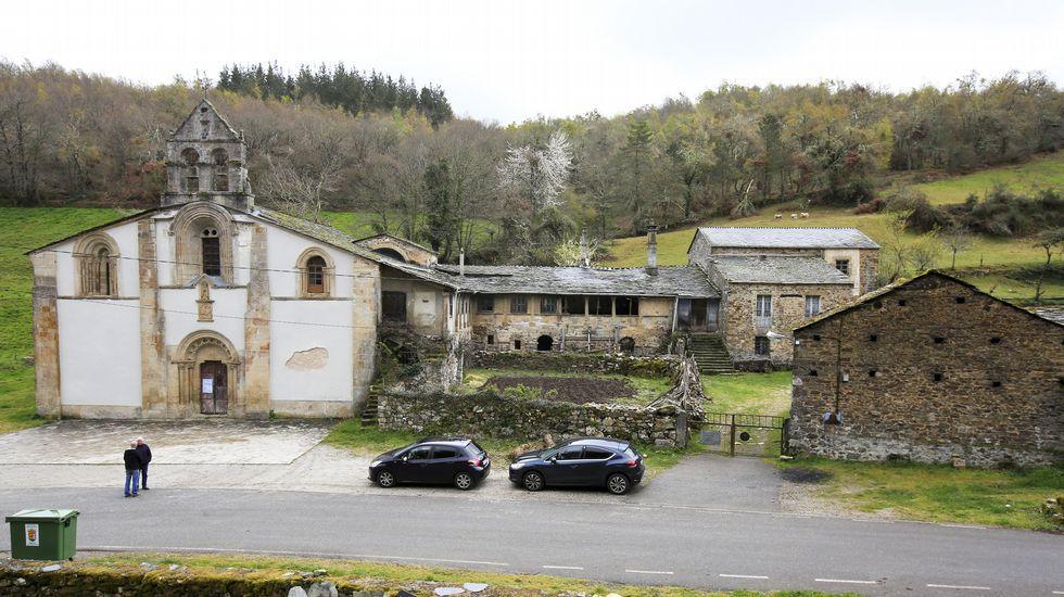 Monasterio de Penamaior. En las laderas de la Sierra do Pico encontramos esta iglesia con una fachada con un bello ejemplo del románico del siglo XII. 42º 52' 36.0 N - 7º 12' 27. 0 W.