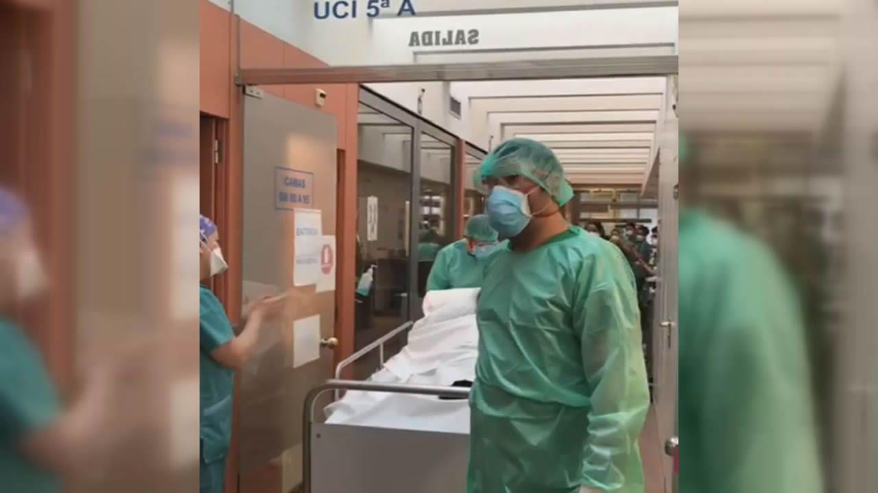 Emotiva salida del segundo paciente con coronavirus de la uci del Chuac