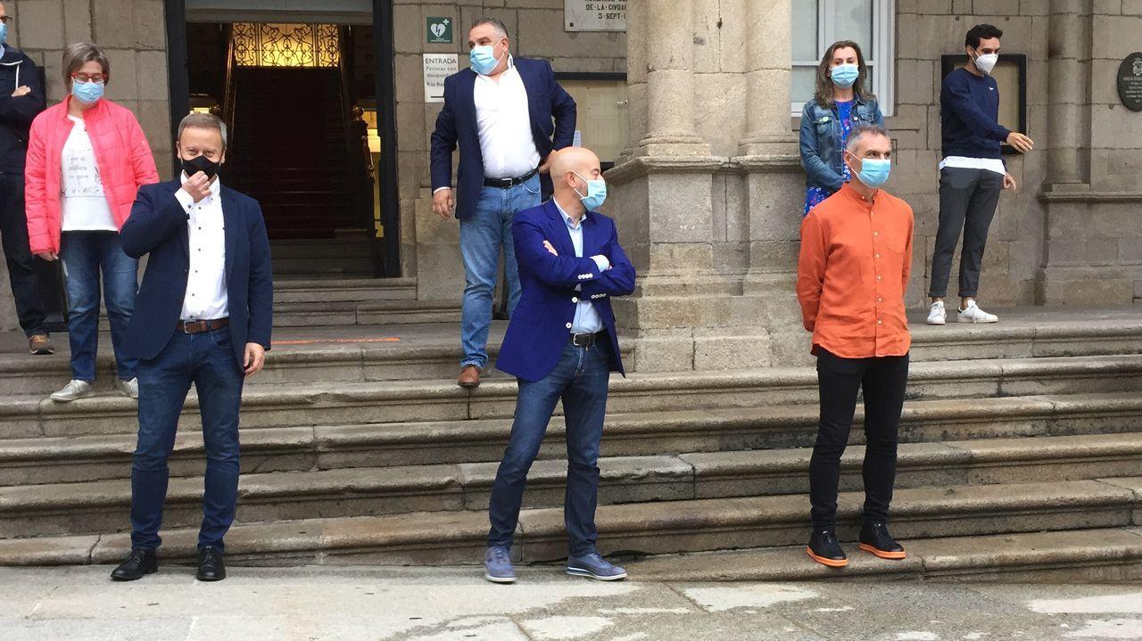 Los portavoces de la oposición, frente a las puertas del Concello