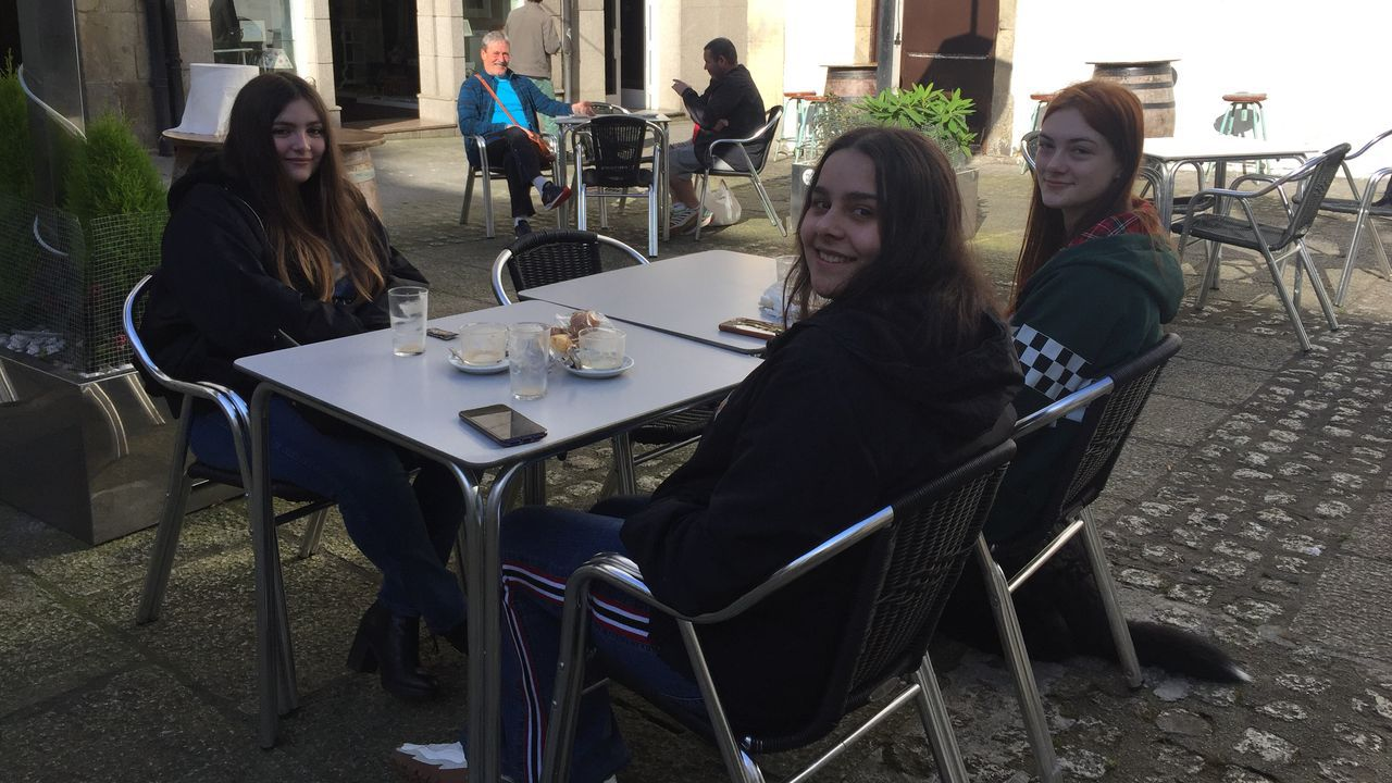 Tomando café en una terraza en la localidad mariñana