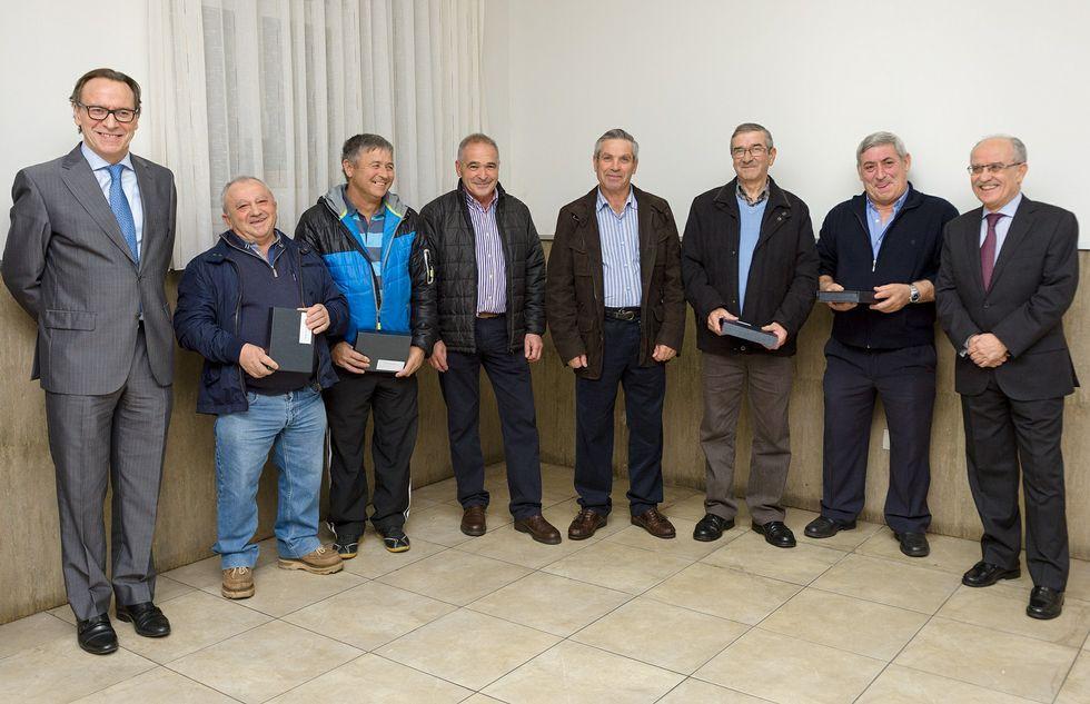 bolido.Javier Vázquez y Carlos Oliete (en los extremos), con algunos de los homenajeados.