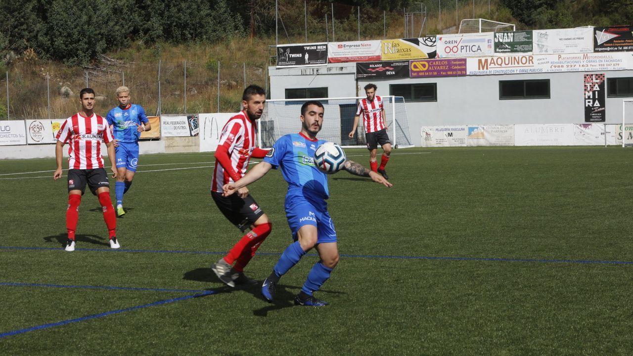 El faro que ardió como una falla por San Xoán en Marín.El equipo local no pudo pasar del 1-1 ante el Juvenil de Ponteareas