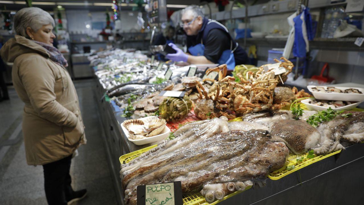 Pescadería de El Fontán.En la imagen, el equipo de la Cocina Económica, donde hoy se sirve una comida y una cena especial de Nochebuena