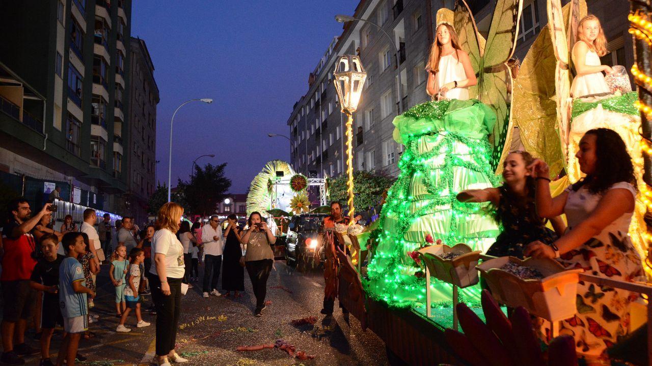 El desfile de carrozas despide San Roque.Prendas incautadas en las fiestas de San Roque de Tineo