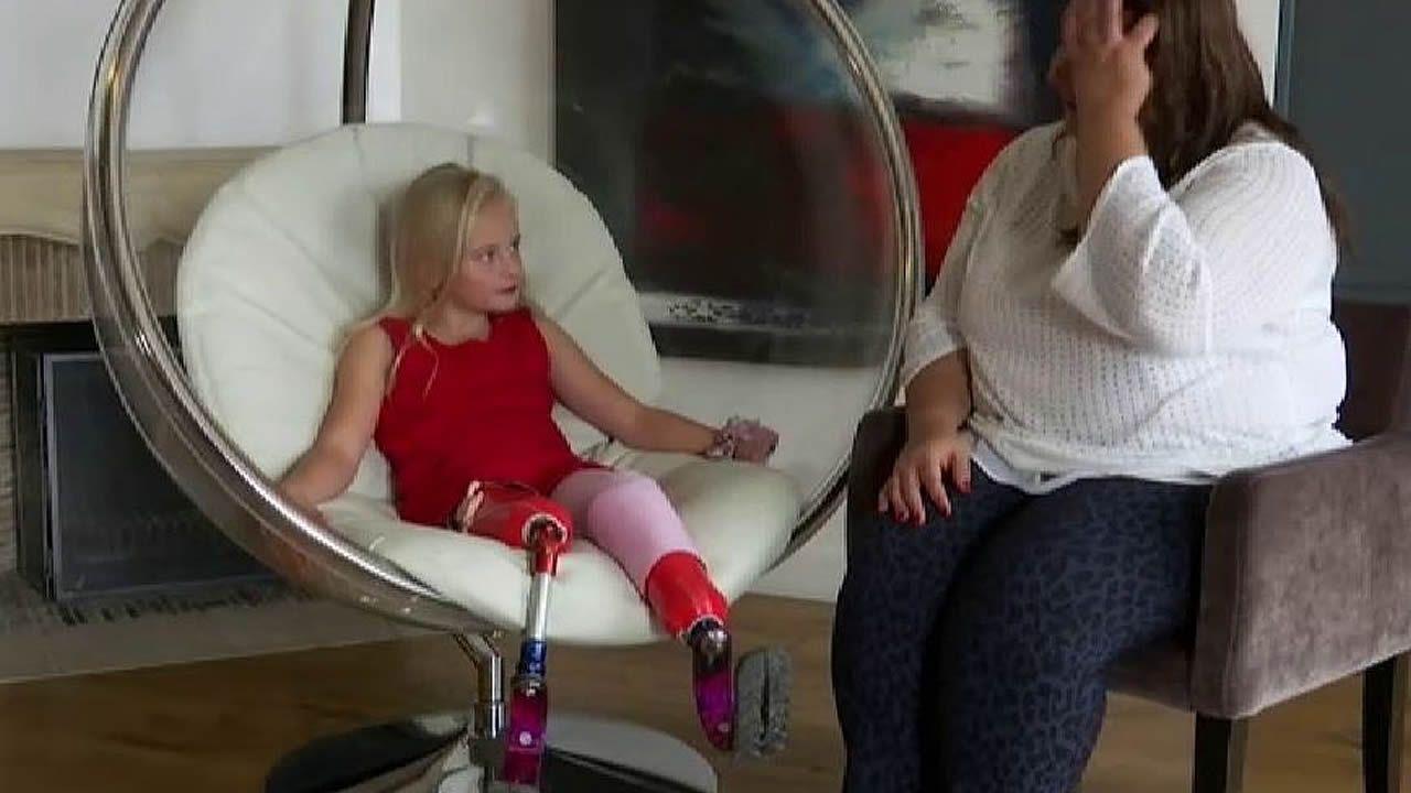 La historia de superación de Daisy: desfila con sus dos piernas amputadas.Gimeno (derecha) junto a Manolo Santana
