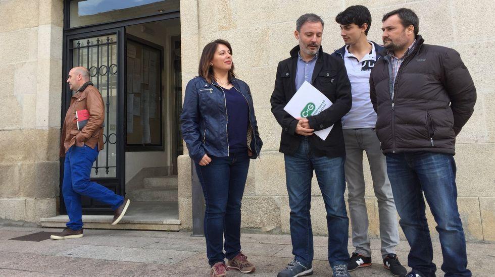 Dos jóvenes revisan la lista del censo una de las mesas electorales dispuestas en el auditorio del FC Barcelona.