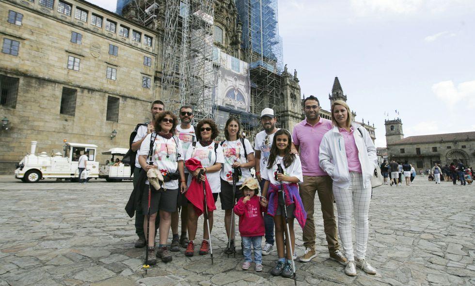 Más de 1.200 andarines solidarios en la caminata de Cenlle  Nico contra el cáncer infantil .Isabel, en primera fila con la niña peregrina Carla; detrás su padre y miembros de las dos entidades.