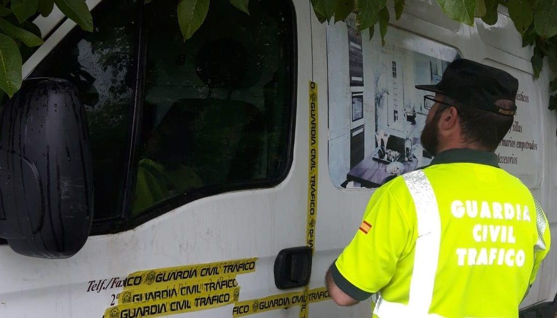 PRECINTADO Un guardia civil observa el precinto realizado a la furgoneta que conducía el reincidente de Sada que dio positivo cuando salía de un juicio por alcoholemia
