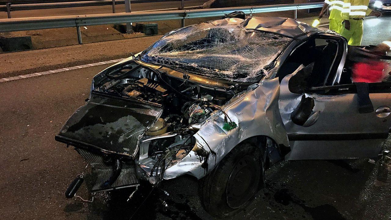Imagen del coche en el que viajaban los jóvenes fallecidos este miércoles en la AP9