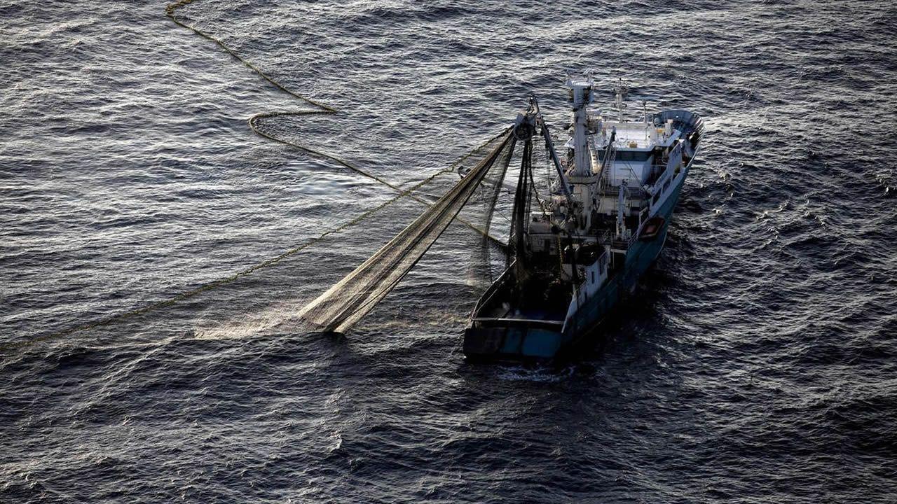 Vídeo del intento de reflotamiento del cerquero embarrancado en Foz.Imagen de archivo de un atunero en aguas de Mozambique