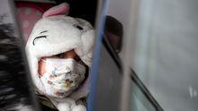 Un niña con máscarilla protectora en el HUCA