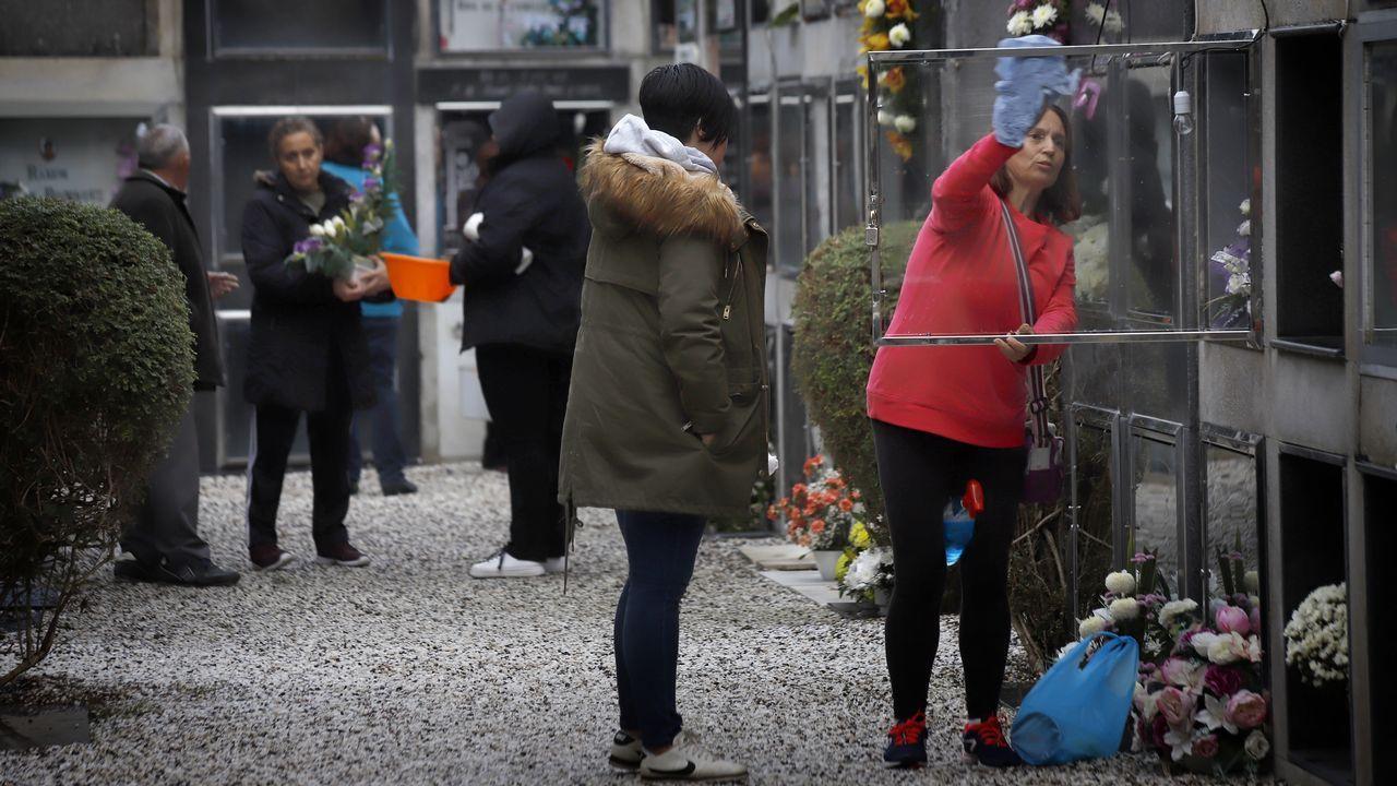 Los cementerios de la comarca se ponen a punto para celebrar el día de Difuntos.Una usuaria ha colocado un cartel pidiendo que paren los robos