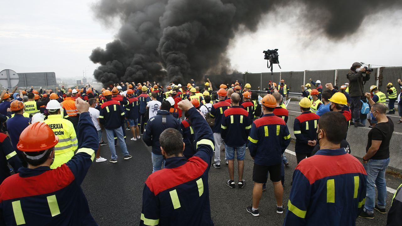 Caluroso recibimiento de los trabajadores a los estudiantes en la entrada de la factoría
