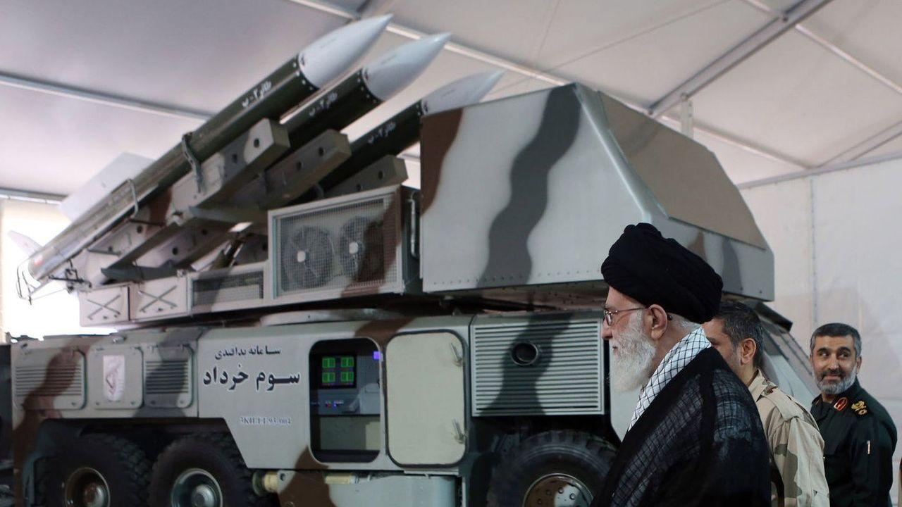 Alí Jamenei, líder supremo iraní, en una batería de mililes Khordad-3