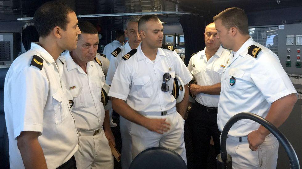Oficiales tunecinos a bordo del «Cantabria»