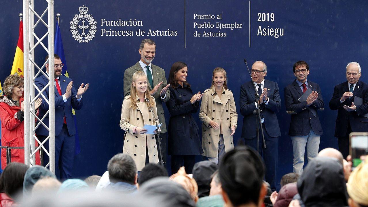El rey Felipe VI (4i), la reina Letizia (5i) y la infanta Sofía (4d) aplauden al finalizar el discurso de la princesa Leonor (3i) durante su visita a Asiegu