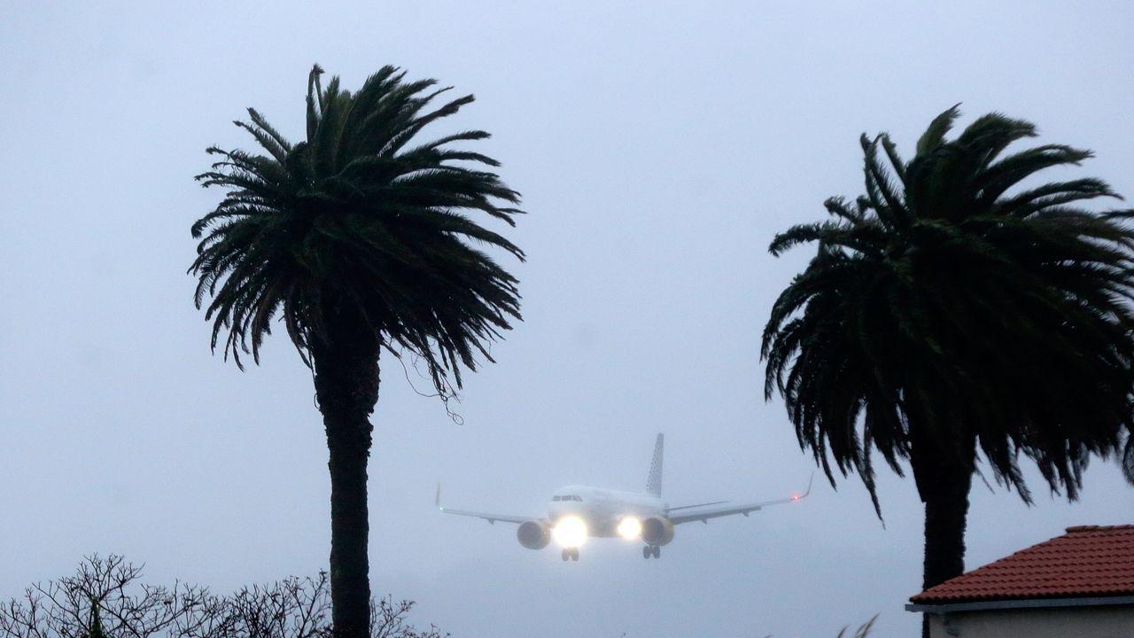 Un avión procedente de Barcelona, a las 17.35 horas de este domingo, 27 de diciembre, a su llegada al aeropuerto de Alvedro.