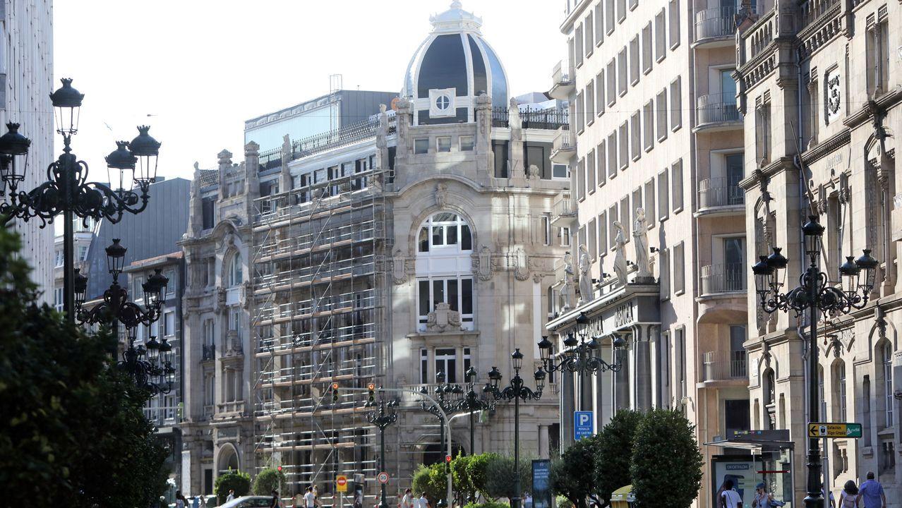 Casa Grande. En la Gran Vía destaca el edificio, levantado en la que era calle Alfonso XIII. Se trataba de una construcción comercial, para los almacenes Neira. También albergó el cine Lumière. Hoy solo queda la mitad de la construcción. Otro edificio singular, pero en la Valle Inclán, fue el de la OJE, en la que era la rúa Bilbao. Allí también estuvo provisionalmente la Guardia Civil. En el entorno se encontraba asimismo el mercado nuevo, o de los pabellones