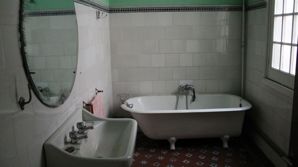 Baño en las dependencias de servicio de la Casa Paquet