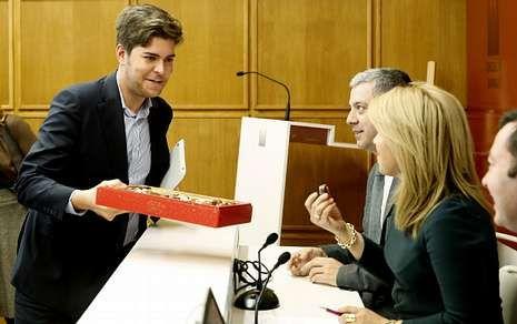 Adrián Varela, que ayer cumplía años, ofreció bombones, también a Reyes Leis.